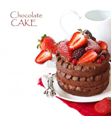 Photo pour Délicieux gâteau au chocolat avec crème et baies sur fond blanc . - image libre de droit