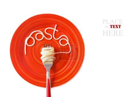 Photo pour Spaghetti pâtes italiennes avec une fourchette sur une plaque rouge. - image libre de droit
