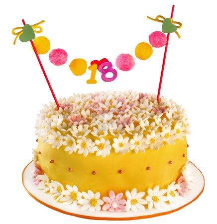 Foto de Pastel de cumpleaños celebración de dieciocho años, cubriendo de flores y las margaritas. aniversario o cumpleaños - Imagen libre de derechos