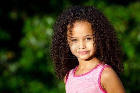 Photo pour Portrait extérieur d'une jolie fille afro-américaine métissée - image libre de droit