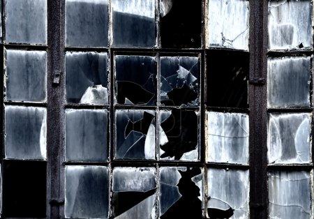 Photo pour Fenêtres cassées - image libre de droit
