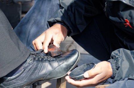 Photo pour Le cireur de chaussures - image libre de droit