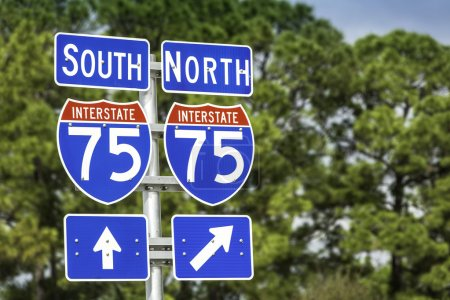 Photo pour Panneaux directionnels le long de l'Interstate I-75 des États-Unis en Floride - image libre de droit