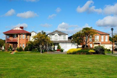 Photo pour Rangée de maisons résidentielles neuves dans le quartier de banlieue - image libre de droit
