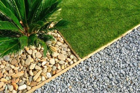 Photo pour Combinaisons d'aménagement paysager d'herbe, de plantes et de pierres - image libre de droit