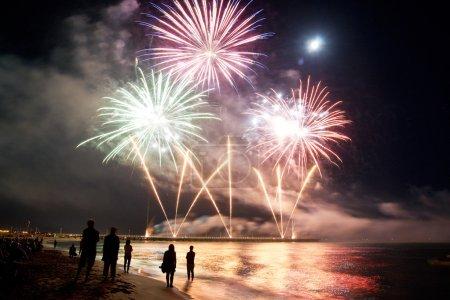 Foto de Playa de fuegos artificiales de forte dei marmi Italia, la fiesta del fin del verano - Imagen libre de derechos
