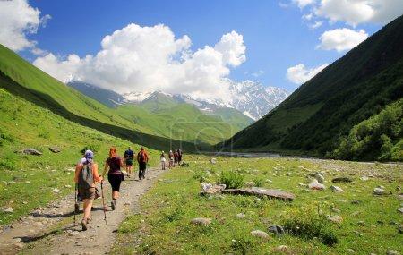 Photo pour Groupe de touristes en randonnée dans les montagnes - image libre de droit