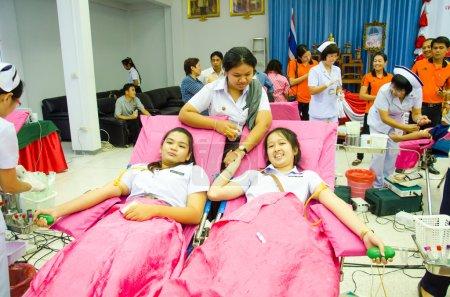 Photo pour Singburi - 12 juin : les donneurs de sang non identifiés dans la journée mondiale du sang 2014 à chantent Bureau Croix-Rouge buri sur 12 juin 2014 dans singburi, Thaïlande. - image libre de droit