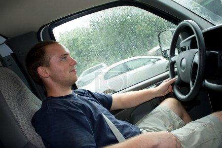 Photo pour Vue intérieure d'un jeune homme au volant d'un van ou un camion. faible profondeur de champ. - image libre de droit