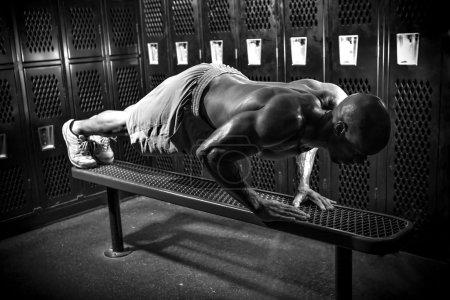 Photo pour Portrait d'un homme de fitness musculaire maigre tonique et déchiré sous un éclairage spectaculaire discret en noir et blanc . - image libre de droit