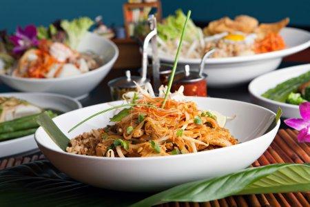 Photo pour Coussinet de poulet thaï avec une variété d'autres plats gastronomiques thaïlandais. Profondeur de champ faible . - image libre de droit