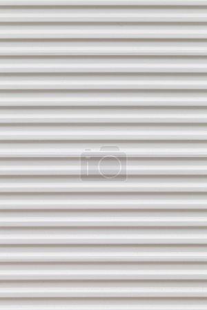 Photo pour Corrugate mur métallique ou entrée peinte en blanc . - image libre de droit