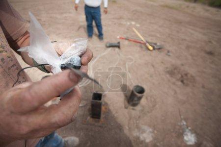 Photo pour Gros plan des effets spéciaux équipe ligoté explosifs - image libre de droit