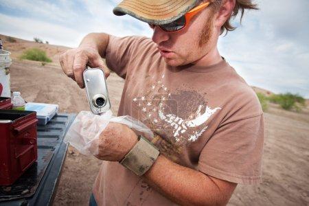Membre de l'équipe de tournage versant de la poudre explosive