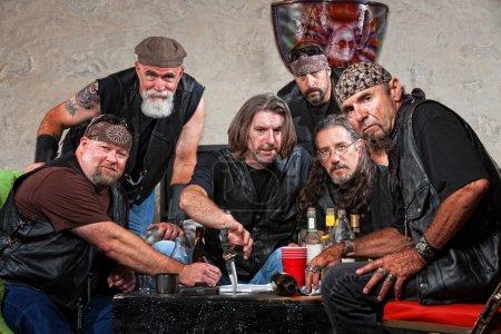 Photo pour Difficile groupe de membres de gangs de motards caucasien avec armes - image libre de droit