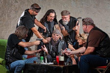 Photo pour Groupe de membres de gangs de motards mâles et femelles voler quelqu'un - image libre de droit