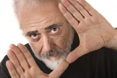 Photo pour Un réalisateur mature isolé fait un geste de culture - image libre de droit
