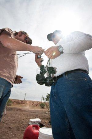 Photo pour Membres d'équipage d'effets spéciaux liant les sacs de poudre explosive - image libre de droit