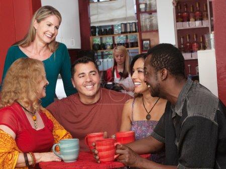 Photo pour Souriant groupe diversifié d'adultes d'âge mûr dans le café - image libre de droit