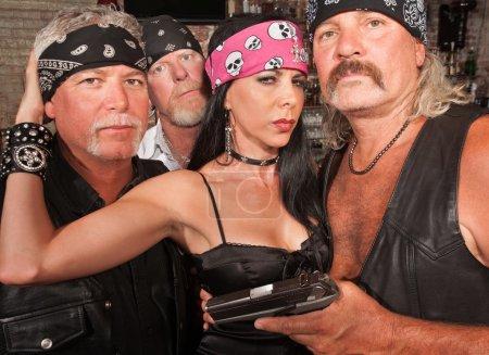 Photo pour Trois membres de gangs de moto avec belle femme en cuir - image libre de droit