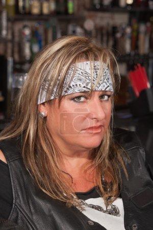 Photo pour Femme avec une mauvaise attitude dans un bar - image libre de droit