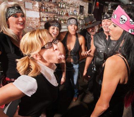 Photo pour Brave nerd à lunettes bâtons langue et femme difficile - image libre de droit
