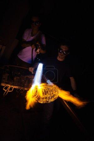 Foto de Las llamas brillantes del soplete en el objeto del frasco de vidrio - Imagen libre de derechos