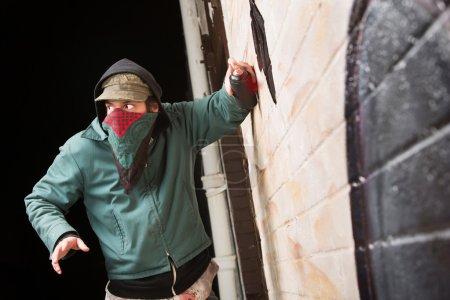 Photo pour Peur déguisée criminel dégrader un extérieur de mur - image libre de droit