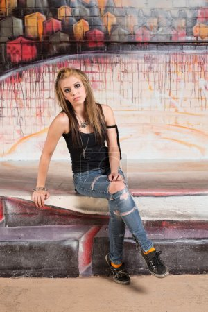 Photo pour Blonde fille difficile assis et se pencher en arrière - image libre de droit