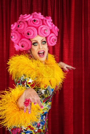 Photo pour Joyeux drag queen dansant en mousse rose perruque - image libre de droit