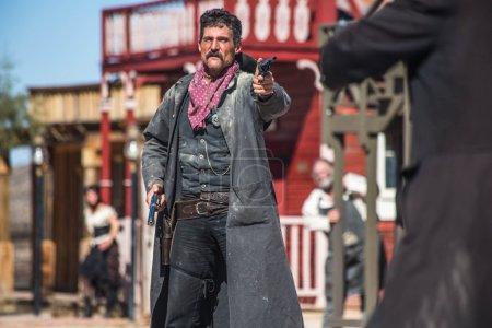 Photo pour Un shérif duels bandit au milieu de la ville - image libre de droit