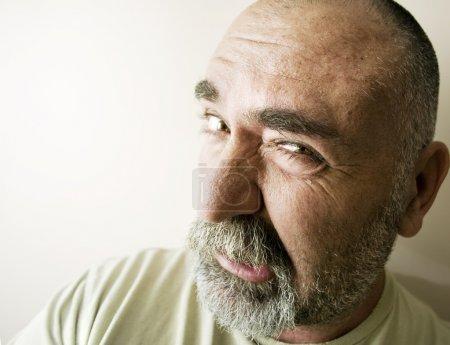 Photo pour Portrait d'un chauve en colère avec une barbe . - image libre de droit
