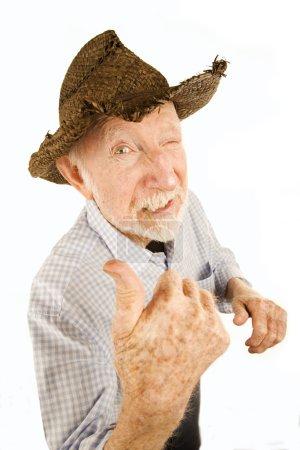Photo pour Beau senior homme portant un chapeau de style cow-boy en paille - image libre de droit