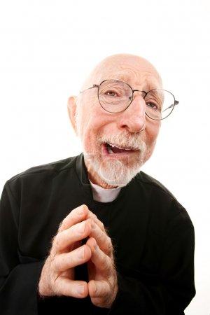 Photo pour Curé drôle avec les mains pliées et des lunettes - image libre de droit