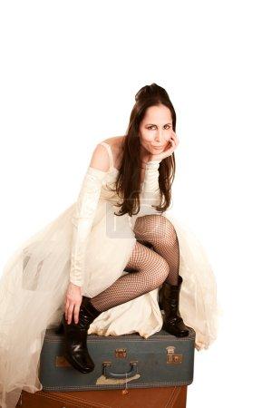 Photo pour Femme dans une robe de mariée assise sur des valises - image libre de droit