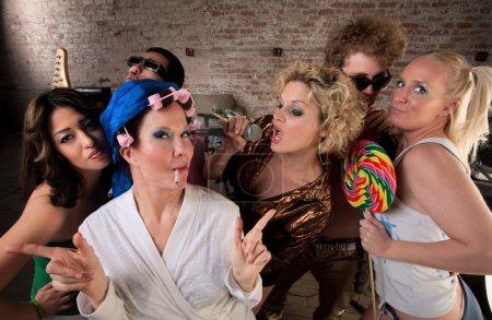 Photo pour Lady dansant avec un très jeune groupe lors d'une soirée Disco Music des années 1970 - image libre de droit