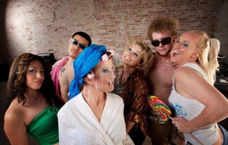 Foto de Mujer divertida en rulos burlada en una fiesta de música de disco de los años 70 - Imagen libre de derechos
