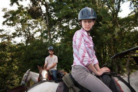 Photo pour Couple équestre posant sur un ranch équestre au Costa Rica - image libre de droit