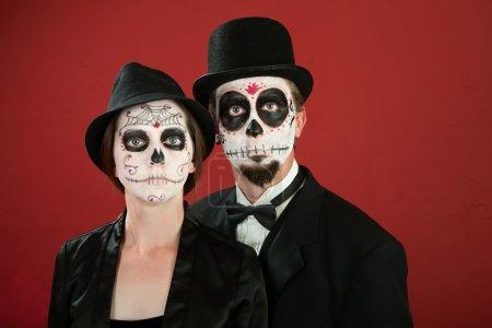 Photo pour Couple vintage classique pose au jour de la mort maquillage - image libre de droit