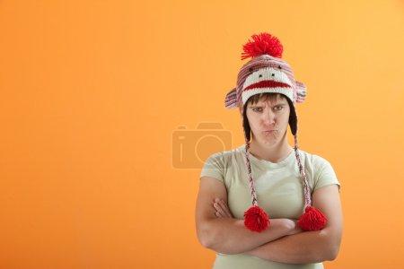 Photo pour Bouleversé la jeune femme de race blanche sur fond orange - image libre de droit