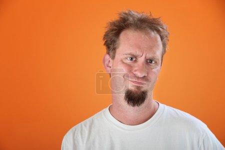 Photo pour Homme caucasien avec une barbiche n'est pas impressionné - image libre de droit