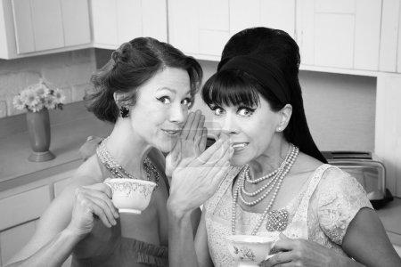 Photo pour Âge de la femme caucasien style rétro murmures secret à son ami - image libre de droit