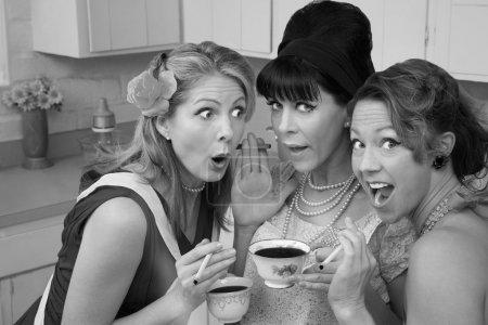 Photo pour Trois femmes choquées fumant et buvant café - image libre de droit