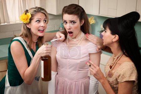 Photo pour Rétro style pression femmes une autre Dame avec le tabac et l'alcool - image libre de droit