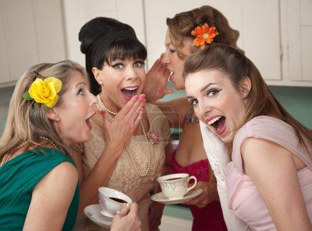 Photo pour Groupe de quatre femmes au foyer de mode rétro raconter les secrets de la cuisine - image libre de droit