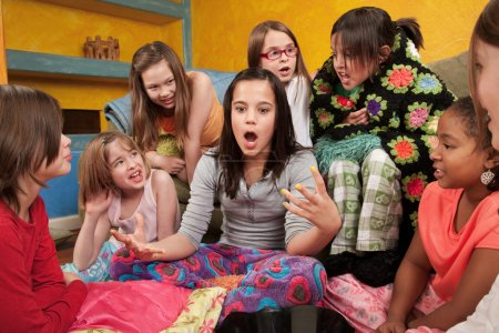 Photo pour Fille excitée de parler avec ses amies à une soirée pyjama - image libre de droit