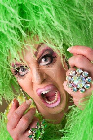 Photo pour Peur drag queen porter lourd maquillage et chapeau boa - image libre de droit