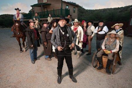Photo pour Shérif en face du groupe dans le vieux thème de l'Ouest américain - image libre de droit