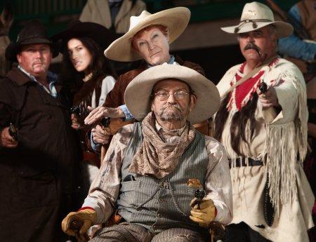 Photo pour Blessé cowboy senior et amis avec des fusils tirés - image libre de droit