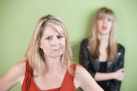 Photo pour Maman en colère avec fille en arrière-plan - image libre de droit